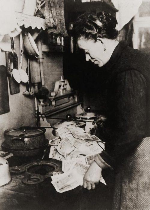 Donna tedesca usava i soldi per cucinare