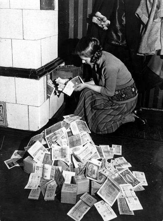 Donna tedesca usava i soldi per scaldarsi